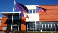 drapeaux et bâtiment